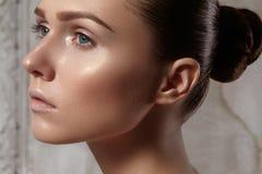 Mujer joven hermosa con la piel brillante limpia perfecta, maquillaje natural de la moda Retrato del encanto del modelo con el pe Imagen de archivo libre de regalías