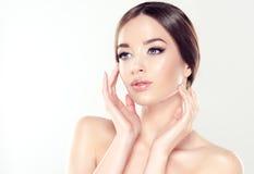 Mujer joven hermosa con la piel fresca limpia Cosmético y cosmetología foto de archivo libre de regalías