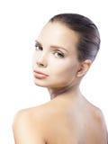 Mujer joven hermosa con la piel limpia aislada en blanco imagenes de archivo