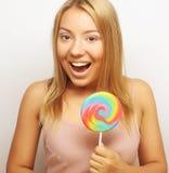 Mujer joven hermosa con la piruleta colorida grande Foto de archivo