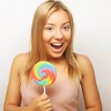 Mujer joven hermosa con la piruleta colorida grande Fotos de archivo libres de regalías