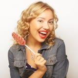 Mujer joven hermosa con la piruleta colorida grande Fotografía de archivo libre de regalías