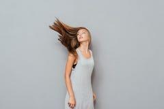 Mujer joven hermosa con la presentación larga del pelo Fotografía de archivo libre de regalías