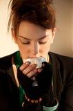 Mujer joven hermosa con la taza de café Fotos de archivo