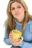 Mujer joven hermosa con la taza de café Fotos de archivo libres de regalías