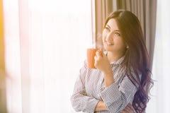 Mujer joven hermosa con la taza de café Foto de archivo
