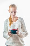 Mujer joven hermosa con la taza de té fotografía de archivo