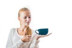 Mujer joven hermosa con la taza de té imagen de archivo libre de regalías