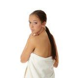 Mujer joven hermosa con la toalla Imágenes de archivo libres de regalías