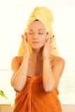Mujer joven hermosa con la toalla en la cabeza Imágenes de archivo libres de regalías