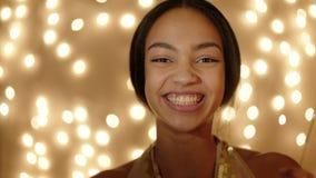 Mujer joven hermosa con las bengalas metrajes