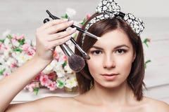 Mujer joven hermosa con las borlas, cuidado de piel Fotos de archivo