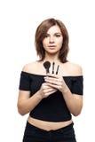 Mujer joven hermosa con las borlas, cuidado de piel Fotos de archivo libres de regalías