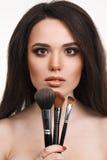 Mujer joven hermosa con las borlas, cuidado de piel Imagen de archivo