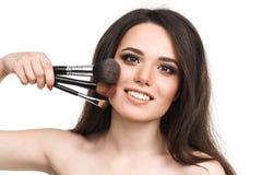 Mujer joven hermosa con las borlas, cuidado de piel Foto de archivo libre de regalías