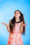 Mujer joven hermosa con las burbujas de jabón Imagen de archivo libre de regalías