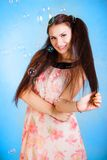 Mujer joven hermosa con las burbujas de jabón Imagen de archivo
