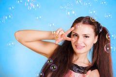 Mujer joven hermosa con las burbujas de jabón Fotos de archivo