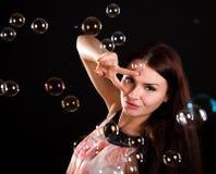 Mujer joven hermosa con las burbujas de jabón Fotografía de archivo