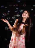 Mujer joven hermosa con las burbujas de jabón Imagenes de archivo
