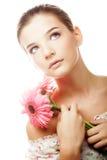 Mujer joven hermosa con las flores del gerber imagen de archivo libre de regalías