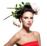 Mujer joven hermosa con las flores en pelo Fotografía de archivo