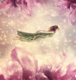 Mujer joven hermosa con las flores gigantes Fotografía de archivo libre de regalías