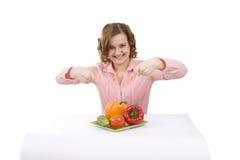 Mujer joven hermosa con las verduras frescas. imágenes de archivo libres de regalías