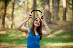 Mujer joven hermosa con los auriculares Imagen de archivo libre de regalías