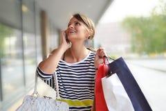 Mujer joven hermosa con los bolsos de compras Imagenes de archivo