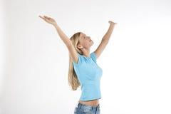 Mujer joven hermosa con los brazos levantados Fotografía de archivo