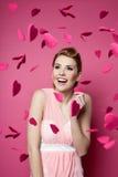Mujer joven hermosa con los corazones que caen alrededor imágenes de archivo libres de regalías