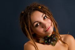 Mujer joven hermosa con los dreadlocks Fotos de archivo libres de regalías