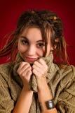 Mujer joven hermosa con los dreadlocks en un fondo rojo Foto de archivo