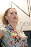 Mujer joven, hermosa con los nuevos peinados, durante la demostración Otoño del profesional de Intersharm Foto de archivo
