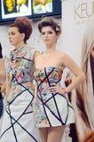 Mujer joven, hermosa con los nuevos peinados, durante la demostración Profesional de Intersharm Imagen de archivo