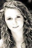 Mujer joven hermosa con los ojos de fascinación Imagenes de archivo