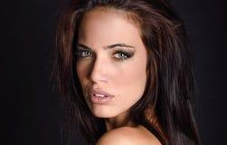 Mujer joven hermosa con los ojos verdes Imágenes de archivo libres de regalías