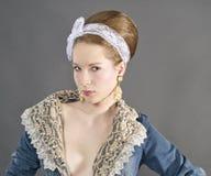 Mujer joven hermosa con los pantalones vaqueros elegantes Foto de archivo libre de regalías