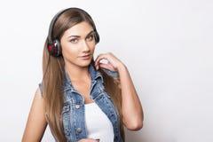 Mujer joven hermosa con los teléfonos principales Fotografía de archivo libre de regalías