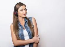 Mujer joven hermosa con los teléfonos principales Imágenes de archivo libres de regalías