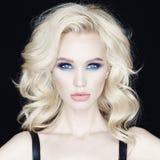 Mujer joven hermosa con maquillaje brillante Imágenes de archivo libres de regalías