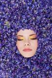Mujer joven hermosa con maquillaje colorido Imágenes de archivo libres de regalías