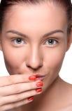 Mujer joven hermosa con maquillaje colorido de los labios Fotografía de archivo