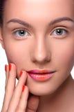 Mujer joven hermosa con maquillaje colorido de los labios Imagen de archivo