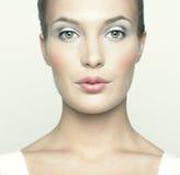 Mujer joven hermosa con maquillaje de la muñeca Fotos de archivo libres de regalías