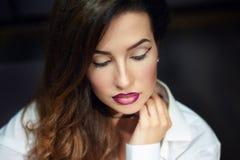 Mujer joven hermosa con maquillaje en estudio Fotografía de archivo