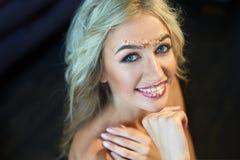 Mujer joven hermosa con maquillaje en estudio Imagen de archivo libre de regalías