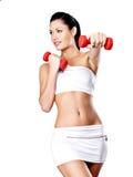 Mujer joven hermosa con pesas de gimnasia Foto de archivo libre de regalías