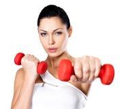 Mujer joven hermosa con pesas de gimnasia Fotografía de archivo libre de regalías